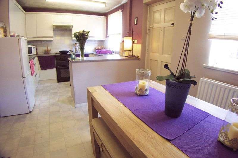2 Bedrooms Semi Detached House for sale in Rosebank Gardens, Leeds