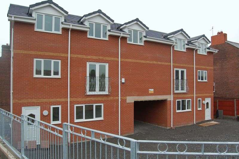 2 Bedrooms Flat for sale in Windsor Court, Wrexham