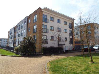 2 Bedrooms Flat for sale in Middlewich House, Taywood Road, Northolt, Middlesex