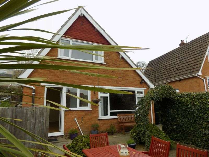 2 Bedrooms Detached House for sale in Top Llan Road, Colwyn Bay