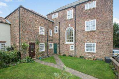 2 Bedrooms Flat for sale in Park Street, Ripon, North Yorkshire