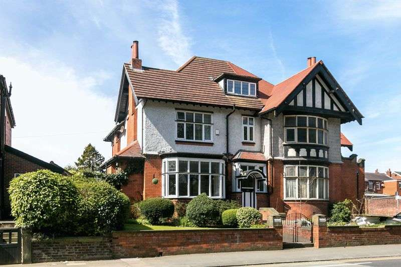 4 Bedrooms Semi Detached House for sale in Wigan Road, Ashton-In-Makerfield, WN4 9SL
