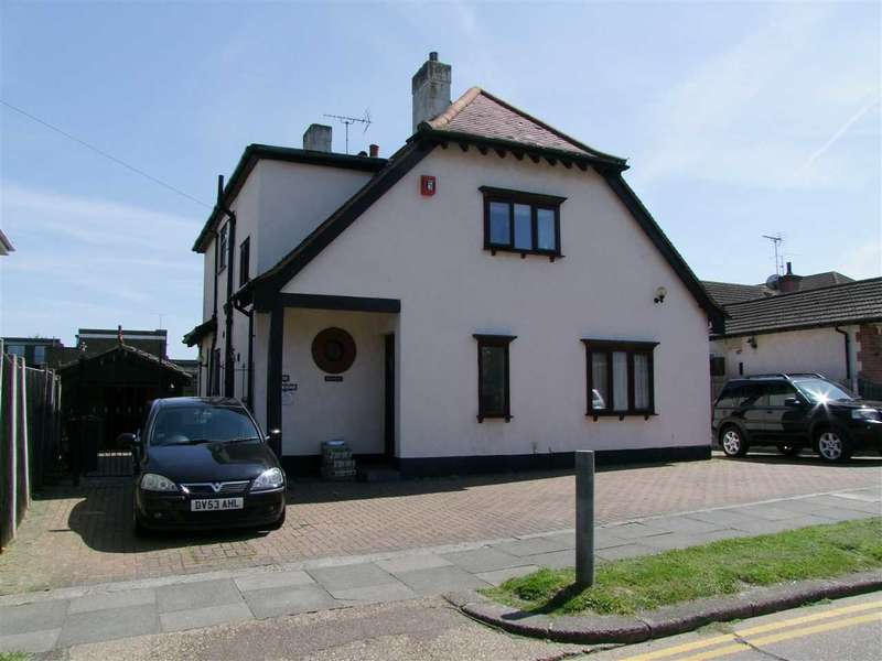 4 Bedrooms Detached House for sale in Westcliff on Sea