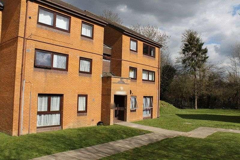 2 Bedrooms Flat for sale in Skipton Way, HORLEY, Surrey