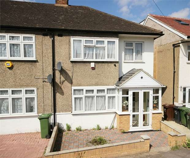 3 Bedrooms Semi Detached House for sale in Kelly Way, Romford, Essex