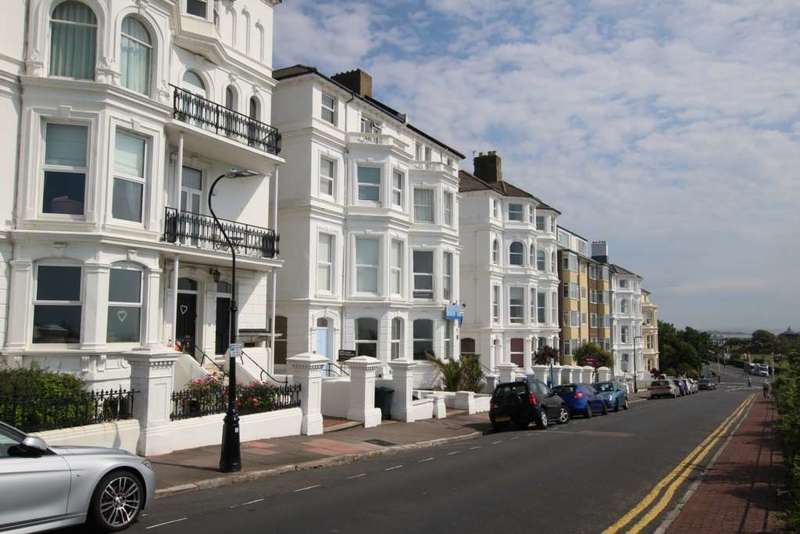 2 Bedrooms Flat for sale in South Cliff, Eastbourne, BN20 7AF