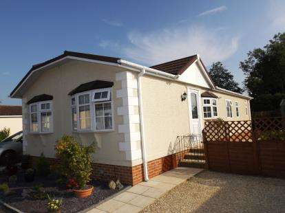 3 Bedrooms Mobile Home for sale in Harthurstfield Park, Fiddlers Green Lane, Cheltenham, Gloucestershire