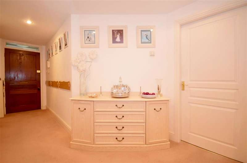 2 Bedrooms Apartment Flat for sale in West Cliff Road, Broadstairs, Kent