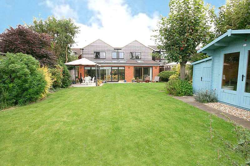 5 Bedrooms Property for sale in Cedar Shingles, Edlesborough, Bucks.