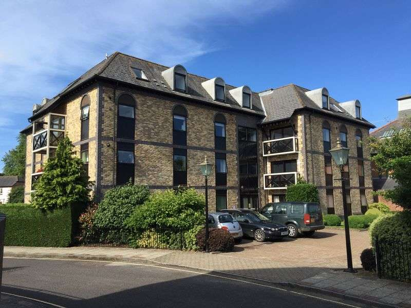 2 Bedrooms Flat for sale in Henty Gardens, Chichester
