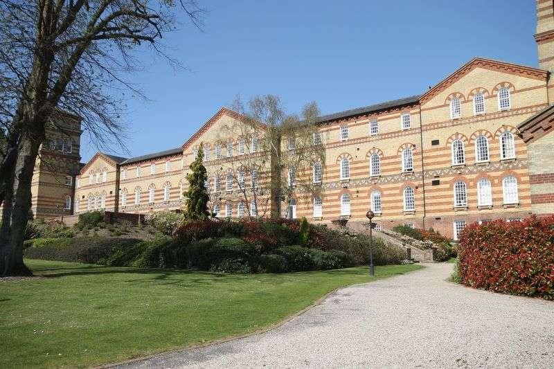 2 Bedrooms Flat for sale in Park East, Haywards Heath
