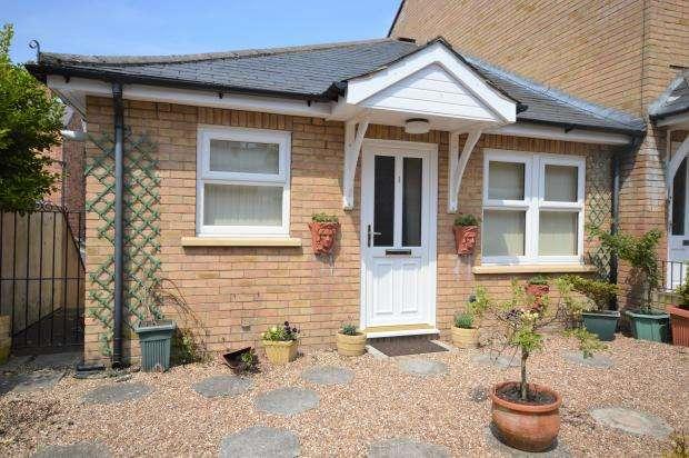 2 Bedrooms Semi Detached Bungalow for sale in Haworth Court, Belvedere Place, Scarborough, North Yorkshire, YO11 2 QQ