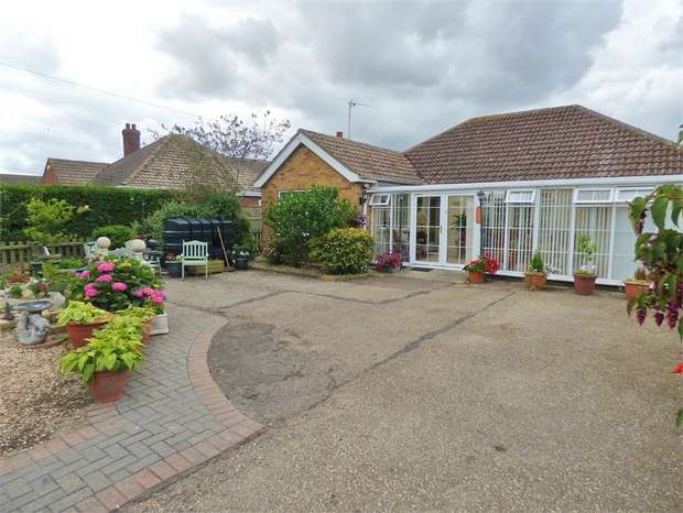 2 Bedrooms Detached Bungalow for sale in Mumby Road, Huttoft, Alford, Lincolnshire