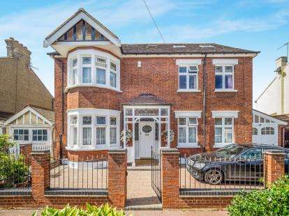 7 Bedrooms Link Detached House for sale in Barking, Essex