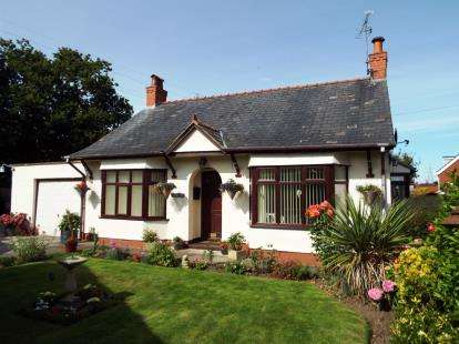 3 Bedrooms Bungalow for sale in Wood Lane, Hawarden, Deeside, Flintshire, CH5
