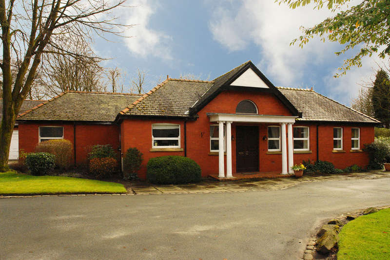 5 Bedrooms Detached Bungalow for sale in 6 Racefield Hamlet, Chadderton, Oldham