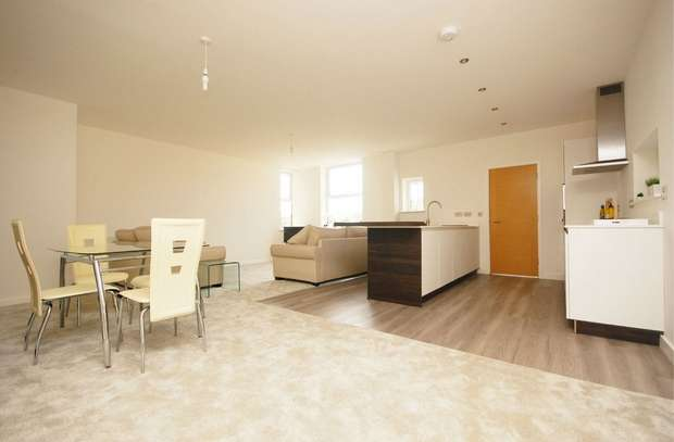 3 Bedrooms Flat for sale in Station Road, Hampton