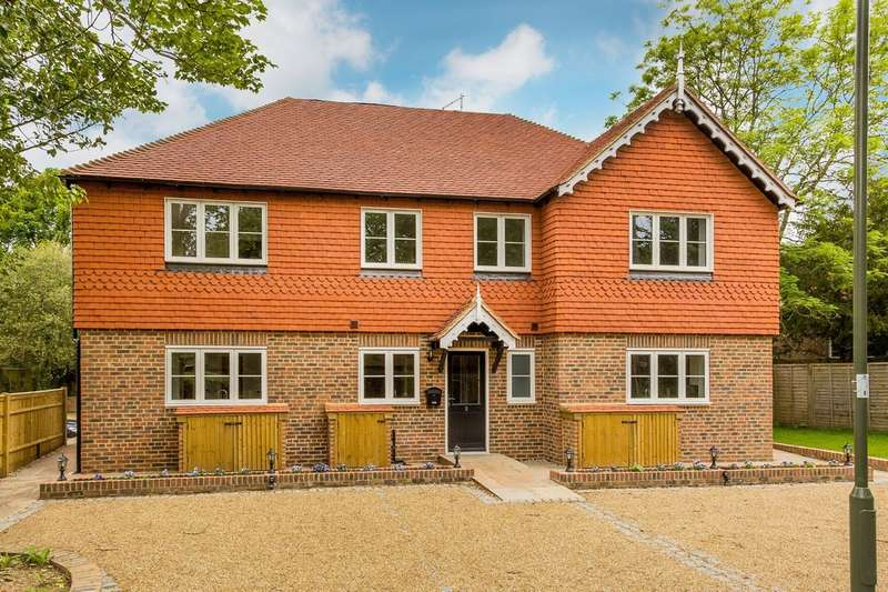 2 Bedrooms Terraced House for sale in Hookwood Park, Limpsfield.