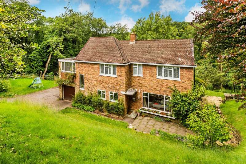 4 Bedrooms Detached House for sale in Station Road, Woldingham.