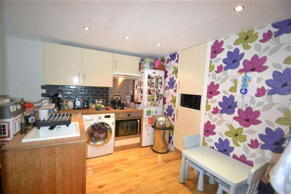 2 Bedrooms Apartment Flat for sale in Whitley Close, Stanwell
