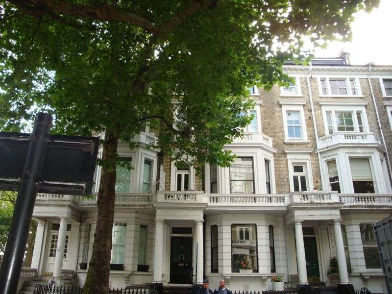 3 Bedrooms Flat for sale in Marloes Road, Kensington, London.