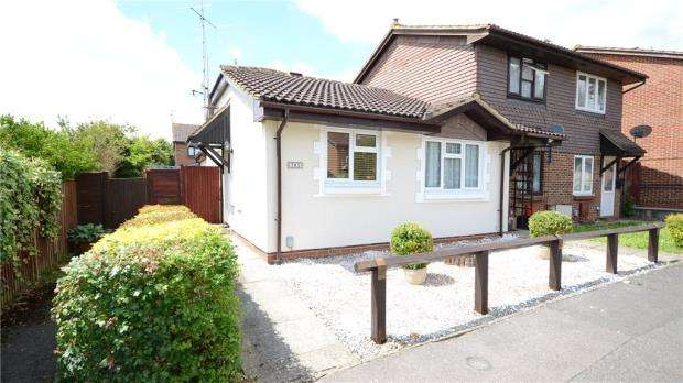 2 Bedrooms Bungalow for sale in Fleetham Gardens, Lower Earley, Reading