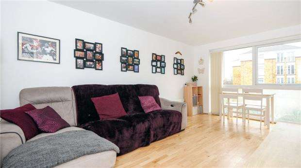 2 Bedrooms Apartment Flat for sale in Greenlands Court, Greenlands Road, Staines-upon-Thames