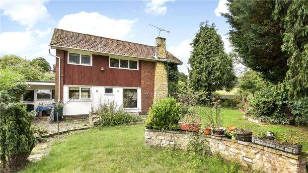 3 Bedrooms Detached House for sale in Pelling Hill, Old Windsor, Windsor