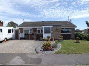 3 Bedrooms Bungalow for sale in Uppark Way, Felpham, West Sussex