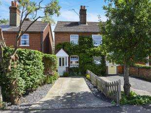 2 Bedrooms Semi Detached House for sale in Albert Road, Horley, Surrey, Horley