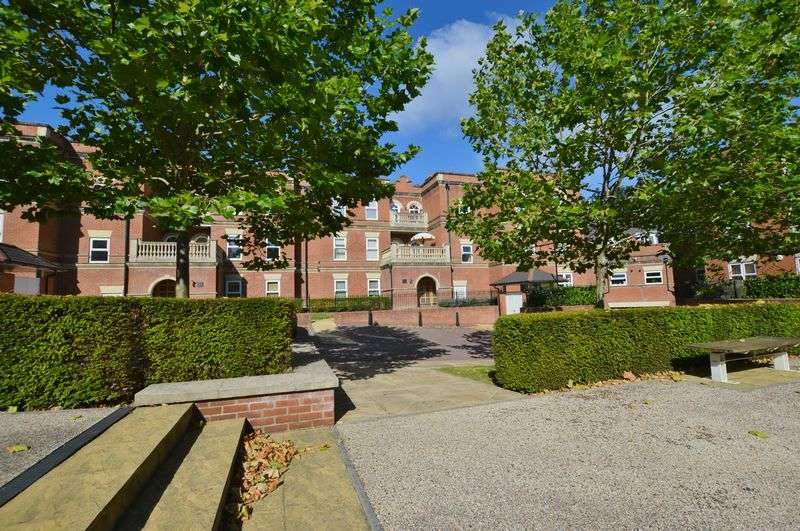 2 Bedrooms Flat for sale in Franklin Court, Godalming
