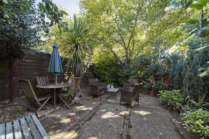 2 Bedrooms Maisonette Flat for sale in Leavesden Road, Weybridge, Surrey, KT13