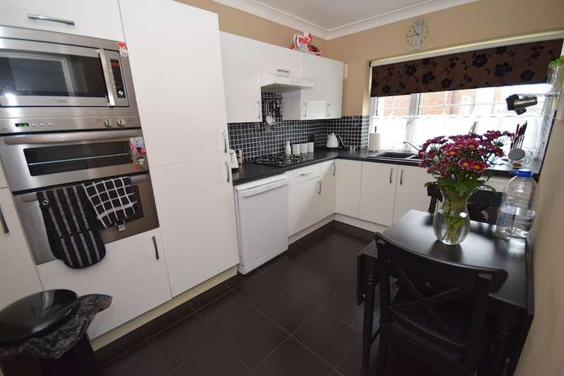 2 Bedrooms Maisonette Flat for sale in Market Avenue, Wickford, Essex, SS12