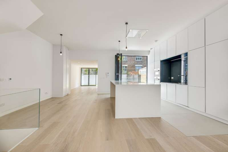 3 Bedrooms Flat for sale in Howitt Road, Belsize Park