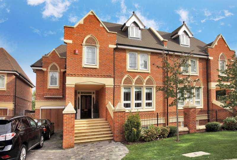 5 Bedrooms Semi Detached House for sale in Martineau Drive, TW1