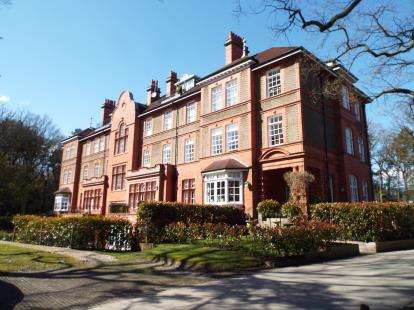 2 Bedrooms Flat for sale in Kingswood Park, Kingswood, Frodsham, Cheshire, WA6