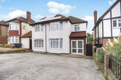 4 Bedrooms Detached House for sale in Chase Road, Southgate, London