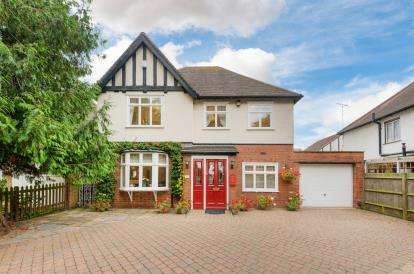 House for sale in Compton Avenue, Luton, Bedfordshire