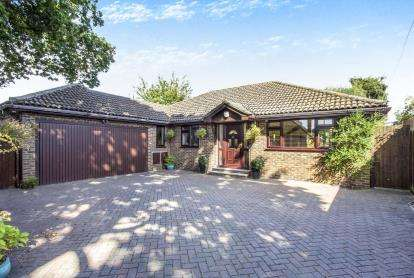 4 Bedrooms Bungalow for sale in Christchurch, Dorset