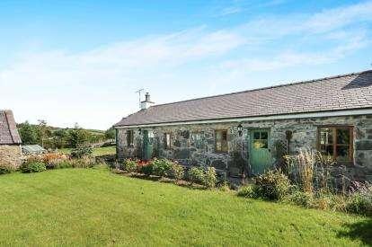 2 Bedrooms Detached House for sale in Penisarwaun, Caernarfon, Gwynedd, Cae Bach, LL55