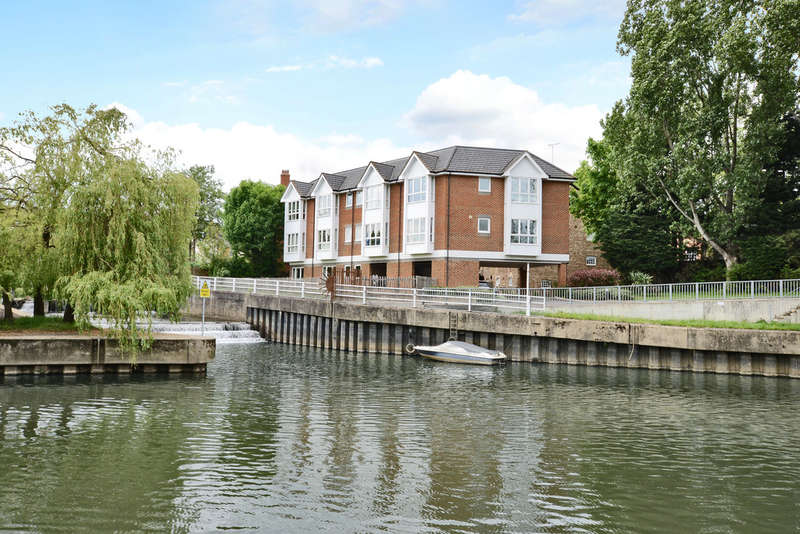 2 Bedrooms Flat for sale in Hampton Court Riverside