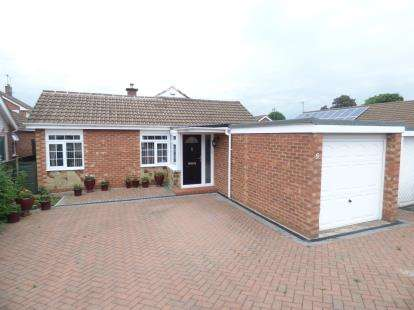 3 Bedrooms Bungalow for sale in Wedgwood Drive, Longlevens, Gloucester, Gloucestershire