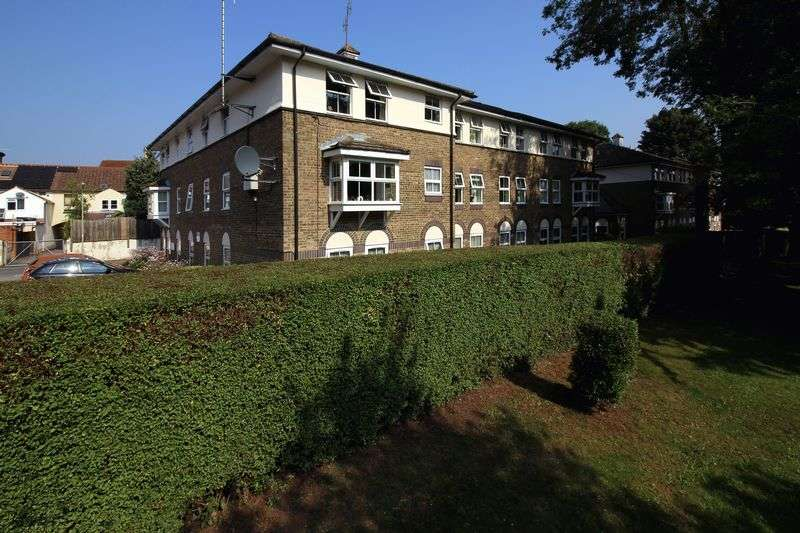 2 Bedrooms Flat for sale in William Farthing Close, Aldershot