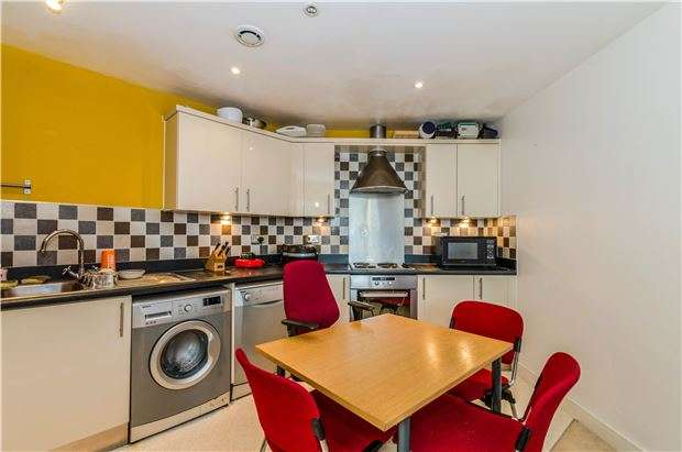 2 Bedrooms Flat for sale in Rubeck Close, REDHILL, RH1 1TH