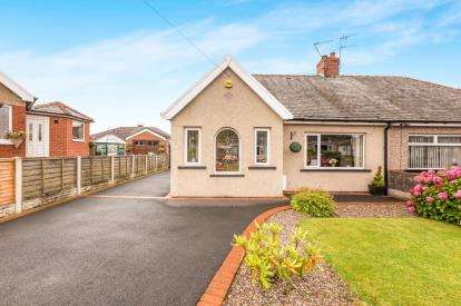 2 Bedrooms Bungalow for sale in Red Lees Avenue, Cliviger, Burnley, Lancashire