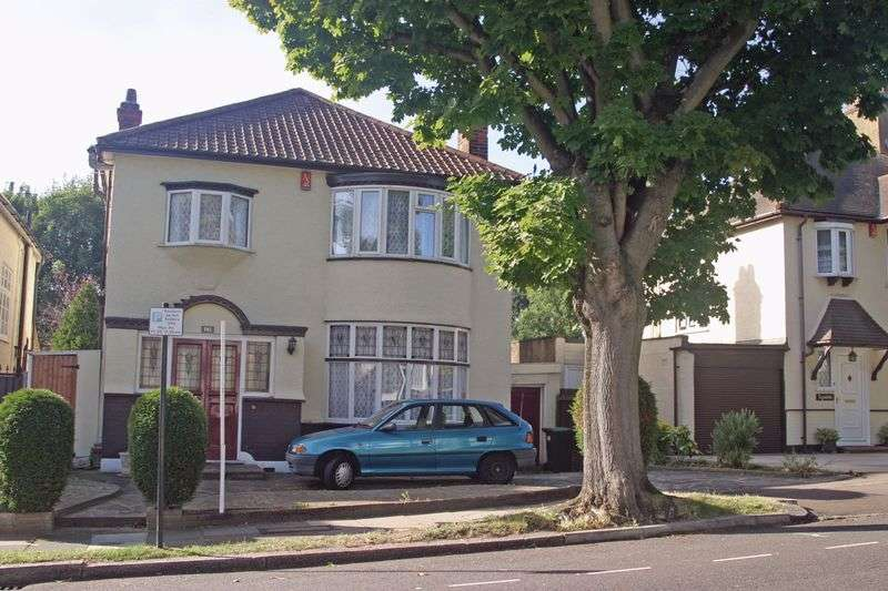 4 Bedrooms Detached House for sale in Winchmore Hill