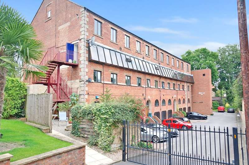 3 Bedrooms Flat for sale in Clifford Court, Clifford, Leeds, LS23