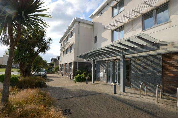 2 Bedrooms Flat for sale in Light House, 4 Pentire Avenue, Newquay, Cornwall