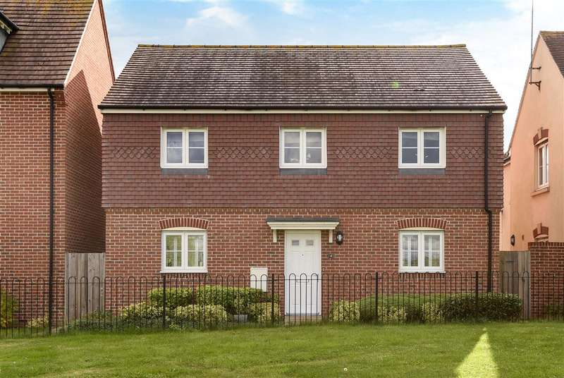 4 Bedrooms Detached House for sale in Sparrowhawk Way, Jennett's Park, Bracknell