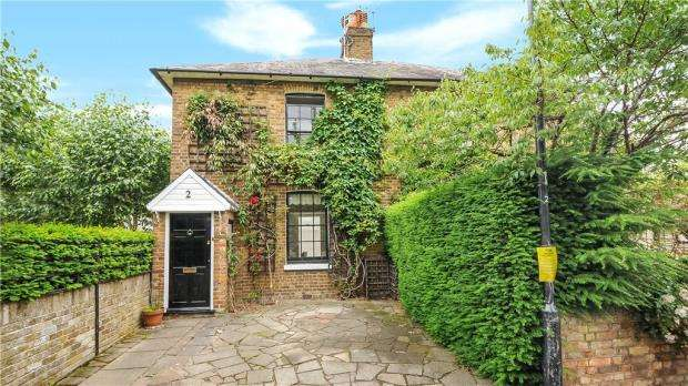 2 Bedrooms Semi Detached House for sale in Gloucester Place, Windsor, Berkshire